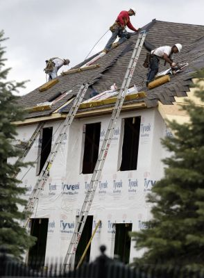 Construction workers finish a roof in Chicago. Oct. 12, 2012. Photo: AP